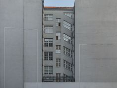 reginakelaita:  regina kelaita /  inverted building, leipzig