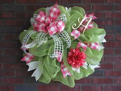 Spring Wreath Tutorial using a Twig Work Wreath and Deco Poly Mesh Netting Deco Mesh Crafts, Wreath Crafts, Diy Wreath, Wreath Ideas, Tulle Wreath, Wreath Burlap, Deco Mesh Wreath Tutorial, Mesh Garland, Wreath Hanger