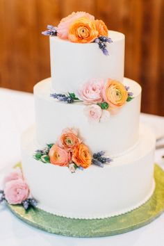 Ranunculus topped cake: http://www.stylemepretty.com/washington-weddings/2015/07/28/organic-romantic-puget-sound-wedding/ | Photography: Katy Weaver - http://www.katyweaver.com/