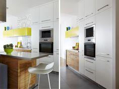 Biała kuchnia jest przestronna i otwarta na salon. Projekt kuchni nawiązuje do stylu całego mieszkania urządzonego z przewagą bieli i cytrynowych akcentów. Kuchnia jest nowoczesna i funkcjonalna, a żółty kolor szafek ożywia wnętrze. Zobacz ZDJECIA ładnej kuchni.