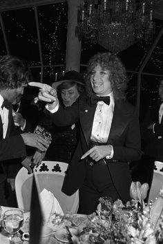 Kris Kristofferson, Bella Abzug et Barbara Streisand à la première de A Star Is Born, 1976 http://www.vogue.fr/mode/inspirations/diaporama/belles-en-smoking/4685/image/374632#kris-kristofferson-bella-abzug-et-barbara-streisand-a-la-premiere-de-a-star-is-born-1976