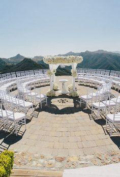A paisagem conta e muito quando o casamento é ao ar livre, não é mesmo? Nesta foto deslumbrante de Todd Pellowe podemos ver uma montagem de cerimônia que tem a vista como seu principal atrativo (antes da chegada dos noivos, claro). Adoramos!