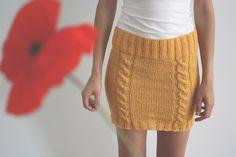 ręcznie robiona krótka spódniczka z ozdobnymi warkoczami