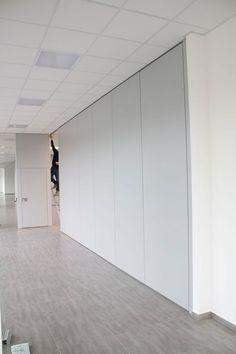 Movable partition Rolling wall Bicarrello with double truck for packing the panels. Detail of the door // --- // Parete manovrabile Rolling Wall Bicarrello con doppio carrello di impacchettamento dei pannelli. Dettaglio della porta