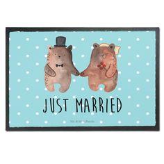 """Fußmatte Druck Bär Heirat aus Velour  Schwarz - Das Original von Mr. & Mrs. Panda.  Die wunderschönen Fussmatten von Mr. & Mrs. Panda sind etwas ganz besonderes. Alle Motive werden von uns entworfen und jede Fussmatte wird von uns in unserer Manufaktur selbst bedruckt und liebevoll an euch verschickt. Die Grösse der Fussmatte beträgt 60cm x 40cm.    Über unser Motiv Bär Heirat  Der """"Just Married"""" Bär ist eine besonders liebevolle Zeichnung aus der Mr. & Mrs. Panda Beary Times Kollektion…"""