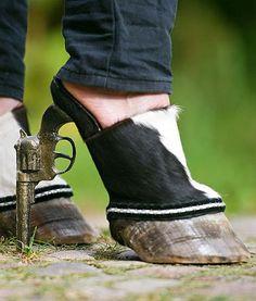 zapatos que son como la pata de un animal y en el tacón tiene una pistola