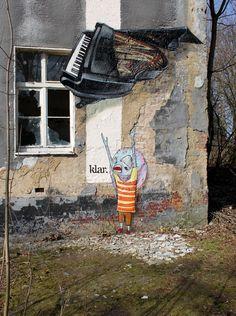 Titel: Haste? Text im Bild: Klar. Von Bastique und Paix aus dem Jahr 2011. Sprühlack und Fassadenfarbe auf Wand, rund fünf Meter mal drei Meter. Laut http://www.streetartutopia.com/?p=9703 in Großenhain in Sachsen. Heimseite von Bastique: http://www.bastique.de