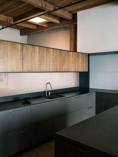 Cozinha Minimalista Preta e Madeira. Arquiteto: Lineoffice Architecture.