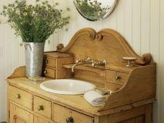 Pour accueillir le lavabo de la salle de bain, on peut réutiliser un vieux meuble qui ne sert plus :... - Photo Pinterest