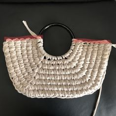 Diy Crafts - fabriccraftsBag,fabriccraftsDecorations-How to weave a basket-style bag with T-shirt yarn SmooTee / Guild by POD & Yarn Yuki! Gilet Crochet, Crochet Tote, Crochet Handbags, Crochet Purses, Diy Crochet, Hand Crochet, Crochet Blanket Patterns, Baby Knitting Patterns, Tshirt Garn