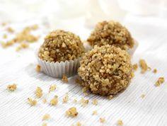 מתכון לכדור מתוק ומפוצץ בדברים טובים - טחינה גולמית, דבש, שקדים ועוד. קחו אחד ואתם מסודרים