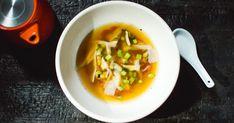 Suivez les étapes du chef Minh Phat pour réaliser une soupe tonkinoise au carpaccio de boeuf, recette présentée dans l'émission Resto Mundo. Il la cuisine avec un bouillon à base d'os de boeuf, d'oignons et de gingembre brûlé qui donnent un goût fumé au plat! Carpaccio, Parmesan, Ethnic Recipes, Image, World, Best Soup Recipes, Interesting Recipes, Roasted Mushrooms, Tonkinese Cat
