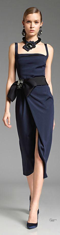 Donna Karan. Somptuosité des accessoires noirs sur cette robe bleu marine très simple et admirablement coupée