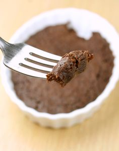 This single serving brownie is magical. Tastes just like Ghiradelli, but ready in 2 minutes and only 60 calories for the whole giant tray. Low Calorie Desserts, Low Carb Sweets, No Calorie Foods, Healthy Sweets, Low Calorie Recipes, Vegan Desserts, Delicious Desserts, Dessert Recipes, Yummy Food