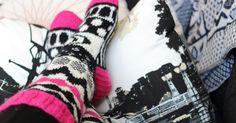 Aikaansaannoksia kiireen keskellä. Hän neuloo, virkkaa, ompelee, askartelee, kierrättää ja tekee kokeiluja köökinkin puolella. Marimekko, Mittens, Gloves, Slippers, Socks, Legs, Knitting, Winter, Crafts