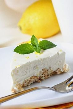 Lemon cheesecake (similar preparation key lime cheesecake) Sweet Desserts, Sweet Recipes, Cheesecake Recipes, Dessert Recipes, Lime Cheesecake, Raw Cake, Sweet Pastries, Sweet Cakes, Yummy Cakes