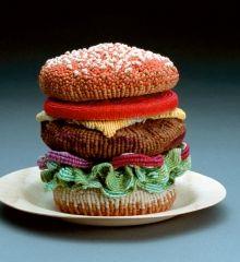 Ed Bing Lee : http://alimentation-generale.fr/portfolio/ed-bing-lee-le-vieil-homme-et-le-hamburger-tricote