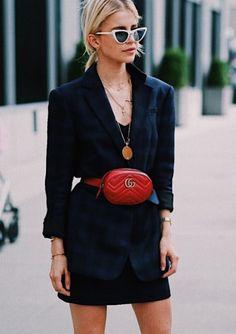 As principais tendências usadas pelas fashion girls na NYFW. Blazer xadrez azul marinho marcado na cintura, pochete vermelha gucci, minissaia preta