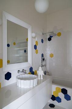 Детская ванная комната. Зеркало, Kartell. Плитка из коллекции Exabright от Tonalite. Раковина, Flaminia. Фарфоровый робот, Seletti.