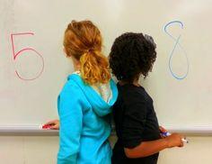 Для 1 класса. Дети становятся спиной друг к другу. Описывают число. Говорят его соседей, четное или нечетное, на что похожа цифра и т.п. второй ученик должен отгадать