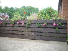Wooden Pallet Projects 12 Pallet Fence Ideas Anyone Can Make - If you are looking for affordable ways to build a new fence for your yard or garden you should try pallet fencing. Pallet Privacy Fences, Wood Pallet Fence, Cheap Privacy Fence, Wood Fence Design, Privacy Fence Designs, Wooden Pallet Projects, Diy Fence, Backyard Fences, Garden Fencing