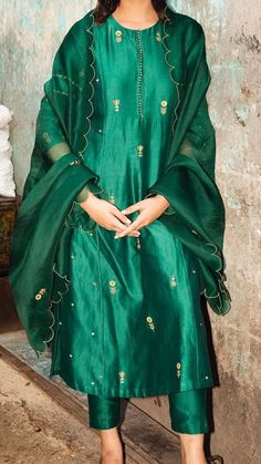 Party Wear Indian Dresses, Indian Fashion Dresses, Dress Indian Style, Indian Designer Outfits, Party Dresses For Women, Indian Outfits, Fashion Outfits, Indian Latest Fashion, Indian Fashion Trends