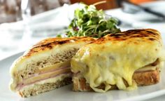 Como fazer lanche gourmet Transforme um sanduíche de presunto simples em um lanche gourmet acrescentando queijo emmental e molho bechamel. O modo de preparo da receita de lanche gourmet é fácil e demora apenas 40 minutos para ficar pronta.