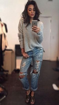 Shay Mitchell in ripped boyfriend jeans I would pin this to my pll board but she has such cute jeans Estilo Shay Mitchell, Shay Mitchell Style, Style Casual, Casual Outfits, Cute Outfits, Who What Wear, Look Fashion, Fashion Outfits, Fashion Shoes
