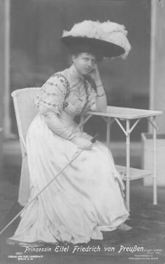 Sophie wears a wide feathered hat and a pouter pigeon bodice with sleeves puffed at the top and tapered at the bottom. Belle Epoque, Vintage Photos Women, German Women, Royal Dresses, Oldenburg, Edwardian Fashion, Post Card, Royals, History