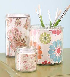Decora frascos de vidrio que ya no uses con diferentes tipos de papel, busca más manualidades en http://www.1001consejos.com/manualidades-para-regreso-a-clases