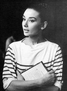 two forever classics: Audrey Hepburn and breton stripes. / Audrey Hepburn im Streifenshirt It Icons, Style Icons, Divas, Vintage Beauty, Audrey Hepburn Mode, Marine Style, Foto Portrait, Look Retro, Mode Vintage