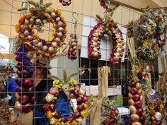 fotos.facilisimo.com, comparte los recuerdos en foto de tus mejores momentos Wreaths, Halloween, Home Decor, Statues, Souvenirs, Photos, Decoration Home, Room Decor, Halloween Labels