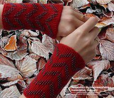 Amikor igazán hideg van, jobb, ha nem a farzsebedben, hanem a kezeden viseled. :-) Fonal: 100 % merinó, gyöngy: 8/0 hematit cseh kása. #érmelegítő #lélekmelegítő #wristler Fingerless Gloves, Arm Warmers, Fashion, Fingerless Mitts, Moda, Fashion Styles, Fingerless Mittens, Fashion Illustrations