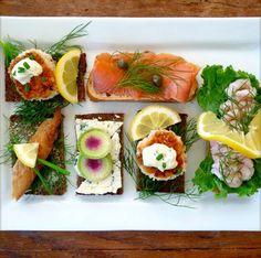 Smørrebrød (dt. = Butterbrot), die klassische dänische Mittagsmahlzeit. Die typischen Smørrebrød-Läden finden sich wie bei uns die Currywurst- und Döner-Bude