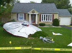 That's how to decorate your lawn for Halloween! Awesome! #UFOCrashTheme