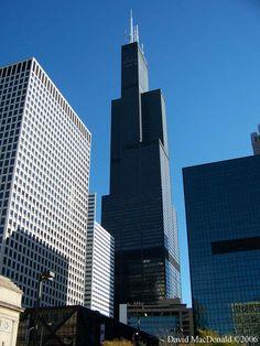 """Torre Sears Chicago """"Willis Tower"""" es un rascacielos de 442 metros en Chicago, Illinois. En el momento de su inauguración, fue el edificio más alto del mundo, sobrepasando el World Trade Center en Nueva York, y continuó siéndolo por más de 20 años. Con 442 metros (sin contar antenas),5 la Torre Willis es la torre más alta de América, y por tanto de Estados Unidos,6 superando por 27 metros al Trump International Hotel and Tower, también en Chicago.7"""