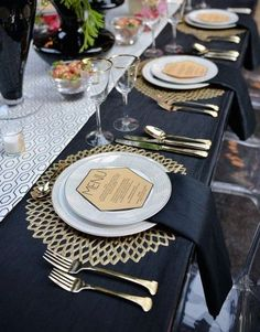 Chic, fabulous and sparkling – this is all about art deco table settings…