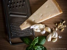 Receta de salsa pesto con Thermomix: salsa con albahaca, piñones y queso parmesano ideal para acompañar pasta, pescados y verduras.