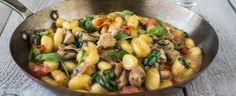Na oleji a másle zpěňte šalotku, česnek, přidejte kuřecí maso, osolte, opepřete a orestujte. Podlijte vínem, nechte odpařit, přidejte rajčata a duste... Gnocchi, Sprouts, Potato Salad, Potatoes, Vegetables, Ethnic Recipes, Food, One Pot, Potato
