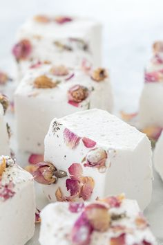 Our rose-flavored homemade marshmallows are absolutely delightful! They are fluffy and perfectly sweetened with a hint and aroma rose. Top them off with edible rosebuds for the perfect treat! Sharing a step by step guide for making them! Marshmallow Cookies, Marshmallow Fondant, Marshmallow Creme, Dinner Party Desserts, Köstliche Desserts, Summer Desserts, Delicious Desserts, Dessert Recipes, Mini Marshmallows