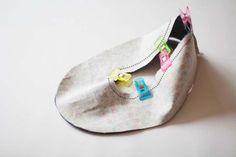 청바지리폼(도안) 덧신만들기,패브릭DIY : 네이버 블로그 Sewing Slippers, Crochet Slippers, Sewing Hacks, Sewing Crafts, Sewing Projects, Dress Patterns, Sewing Patterns, Dear Jane Quilt, Shoe Refashion