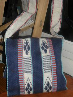 Resultado de imagen para artesania mapuche tejidos Weaving Designs, Textiles, Loom Weaving, South America, Diaper Bag, Tie Dye, Tapestry, Diy Crafts, Wool