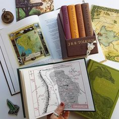 Quem gosta de viajar pelos mundos que encontramos nos livros? .  Credits to @shereadsbymoonlight .  #bookstagram #books #bookaholic #bookish #booklove #booknerd #bookworm  #bibliophile #igreads #readersofinstagram #instabook