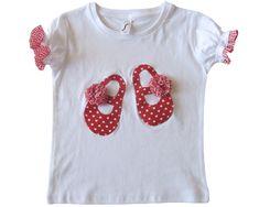 Merceditas en tela roja con corazones blancos. Pompones y ribetes fruncidos en las mangas de cuadros de vichy blancos y rojos.   http://little-id.com/