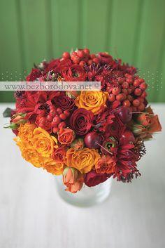 Свадебный букет из красных и оранжевых роз с рябиной, яблоками и ранункулюсами