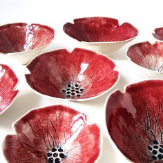 Mohn-Schüssel in Steingut-Keramik mit tief Rubin von PrinceDesignUK Mehrpoppy bowls - thinking about making these and then making the circles holes so it is like a berry bowl to clean themPoppy serving bowl in stoneware ceramic with deep ruby red gl Pottery Painting, Ceramic Painting, Ceramic Clay, Ceramic Plates, Pottery Bowls, Ceramic Pottery, Cerámica Ideas, Sculptures Céramiques, Clay Bowl