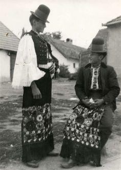 Klederdracht : Twee Hongaarse mannen in klederdracht. Hongarije, Mezökövesd, 1928. Hungarian Embroidery, Folk Embroidery, Embroidery Patterns, Folk Costume, Costume Dress, Traditional Fashion, Traditional Outfits, Ethnic Fashion, Mens Fashion