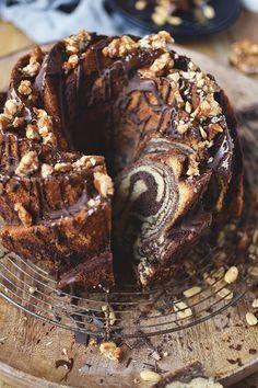 Saftiger Erdnussbutter-Brownie-Marmorkuchen mit Erdnusscrunch und dunkler Schoko-Glasur. Jetzt das einfache und gelingsichere Rezept speichern.
