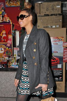 Beyonce Knowles Photos Photos - Power couple Beyonce Knowles and Jay-Z do some super last minute Christmas shopping at FAO Schwarz and Begoff Goodman on Christmas Eve. - Beyonce Knowles and Jay-Z Go Shopping