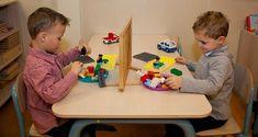 Schermspel: 1 kleuter bouwt iets en geeft instructies aan de andere zodat eie het kan nabouwen zonder het te zien